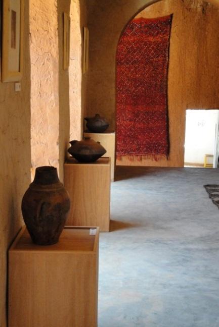 Figure 4 : l'Ecomusée berbère de l'Ourika, dans les salles consacrées aux poteries et aux tapis (M. Oiry Varacca, mai 2010).