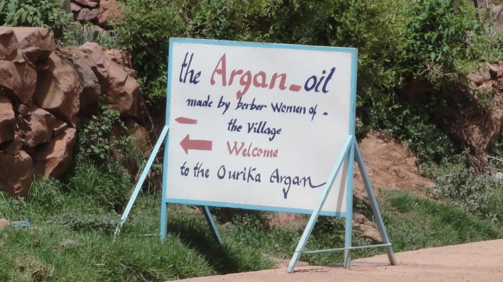 Figures 5 : panneaux dans la vallée de l'Ourika (M. Oiry Varacca, avril 2011).