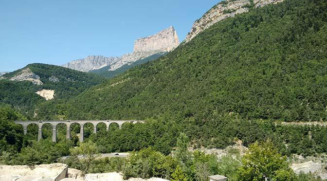La Ligne des Alpes dans le paysage du Trièves, avec le Mont Aiguille en arrière-plan (photo : G. Trotta-Brambilla)